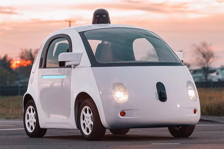 کومپانی گوگل شاید به عنوان پیشتاز فناوری رانندگی خودکار شناخته شده باشد.تصویر مربوط به نمونهی اولیه از خودروی خودران گوگل است.