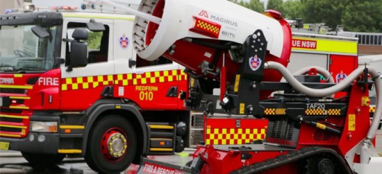 ربات آتش نشان استرالیا با شلیک آتش و کف به جنگ حریق در این کشور می رود