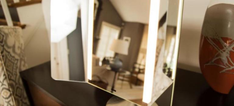 آینه هوشمندی که با نور اتاق تنظیم میشود